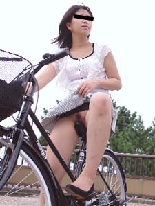 サドルオナニーと野外露出の奇跡のコラボ!自転車ノーパンエロ画像 32枚 No.26