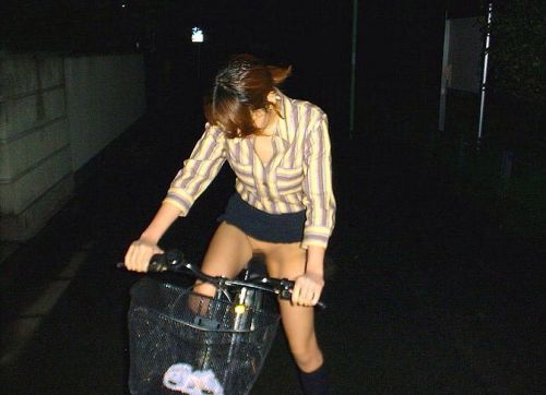 サドルオナニーと野外露出の奇跡のコラボ!自転車ノーパンエロ画像 32枚 No.28