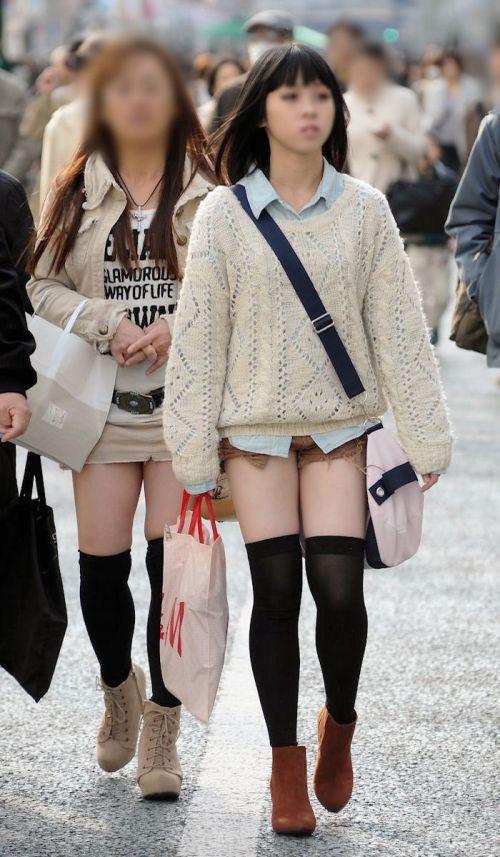 【画像】エロさMAX!ホットパンツにニーハイという絶対領域www 31枚 No.3