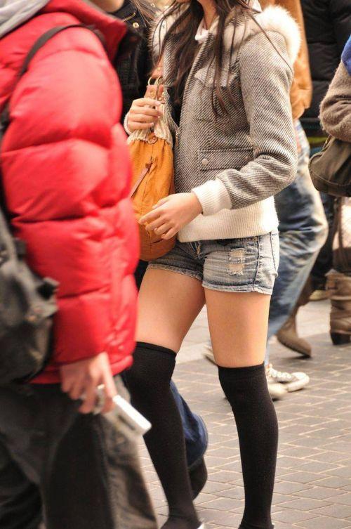 【画像】エロさMAX!ホットパンツにニーハイという絶対領域www 31枚 No.11