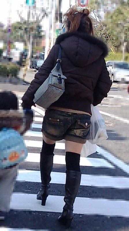 【画像】エロさMAX!ホットパンツにニーハイという絶対領域www 31枚 No.12