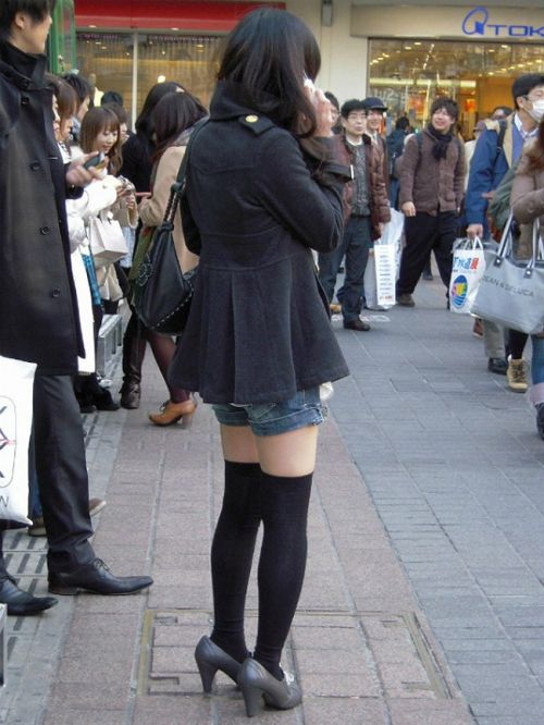 【画像】エロさMAX!ホットパンツにニーハイという絶対領域www 31枚 No.14