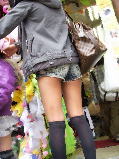 【画像】エロさMAX!ホットパンツにニーハイという絶対領域www 31枚 No.21