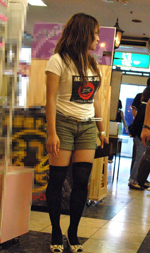 【画像】エロさMAX!ホットパンツにニーハイという絶対領域www 31枚 No.22