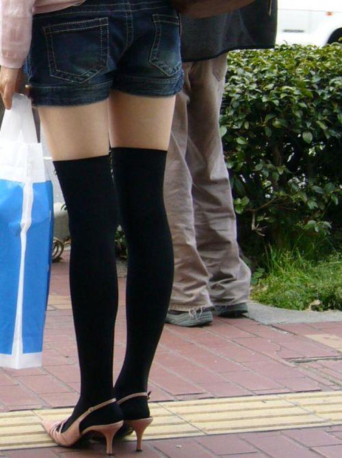 【画像】エロさMAX!ホットパンツにニーハイという絶対領域www 31枚 No.24