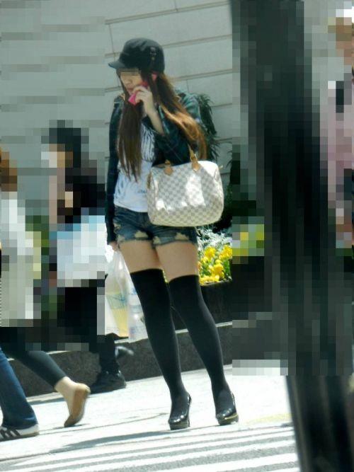 【画像】エロさMAX!ホットパンツにニーハイという絶対領域www 31枚 No.27