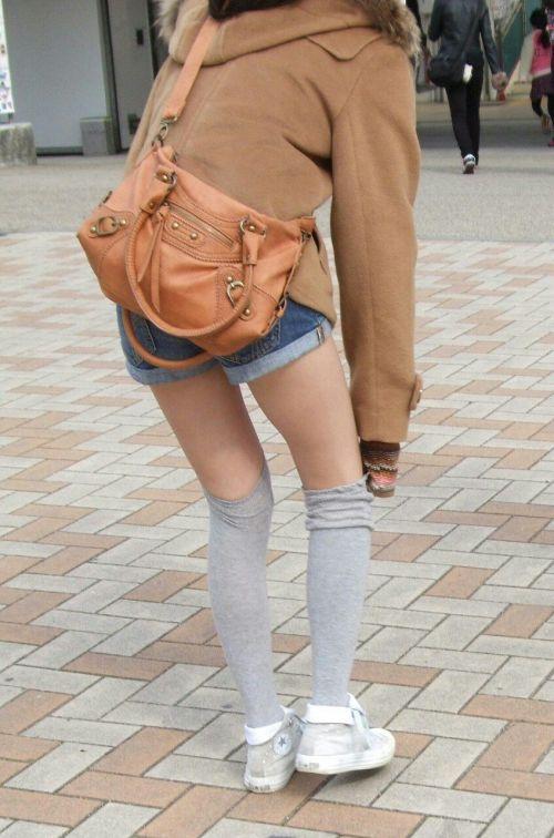 【画像】エロさMAX!ホットパンツにニーハイという絶対領域www 31枚 No.31