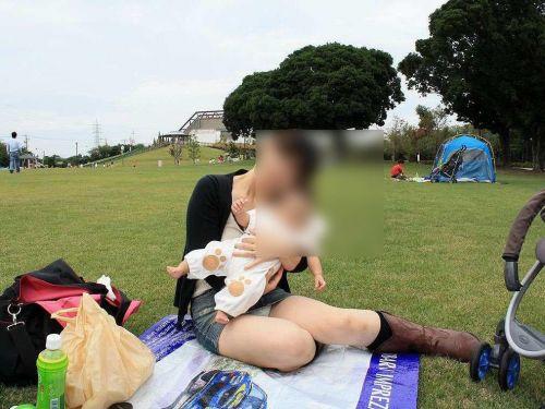 子連れママが地面に座って無防備にパンチラしてるエロ画像 32枚 No.1