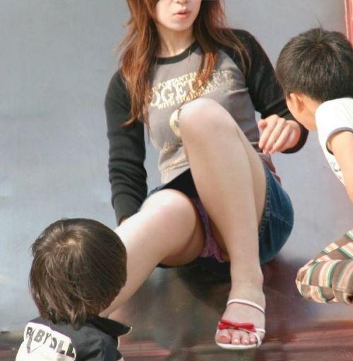 子連れママが地面に座って無防備にパンチラしてるエロ画像 32枚 No.5