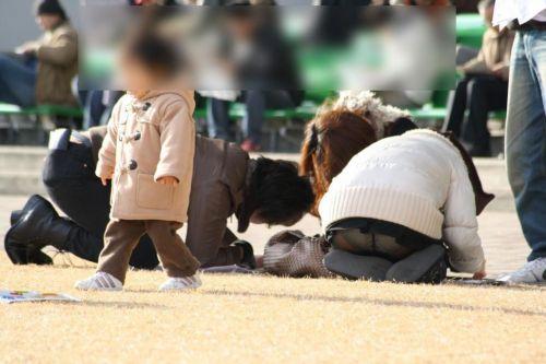 子連れママが地面に座って無防備にパンチラしてるエロ画像 32枚 No.8