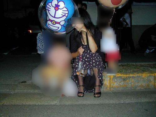 子連れママが地面に座って無防備にパンチラしてるエロ画像 32枚 No.9