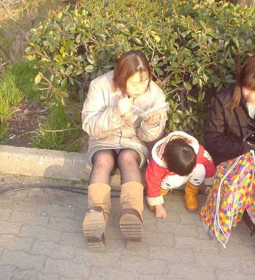 子連れママが地面に座って無防備にパンチラしてるエロ画像 32枚 No.11