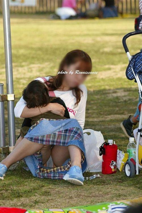 子連れママが地面に座って無防備にパンチラしてるエロ画像 32枚 No.17