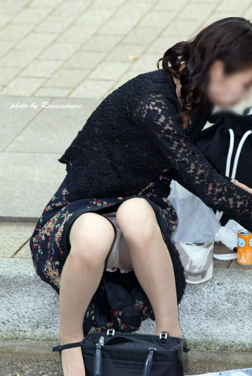 子連れママが地面に座って無防備にパンチラしてるエロ画像 32枚 No.19