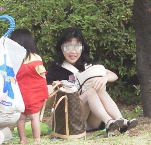 子連れママが地面に座って無防備にパンチラしてるエロ画像 32枚 No.20