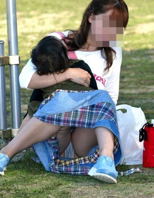 子連れママが地面に座って無防備にパンチラしてるエロ画像 32枚 No.22