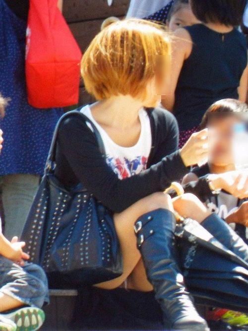 子連れママが地面に座って無防備にパンチラしてるエロ画像 32枚 No.23