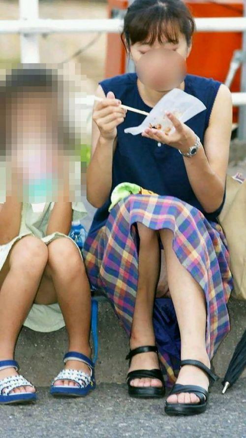 子連れママが地面に座って無防備にパンチラしてるエロ画像 32枚 No.26