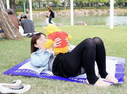 子連れママが地面に座って無防備にパンチラしてるエロ画像 32枚 No.27