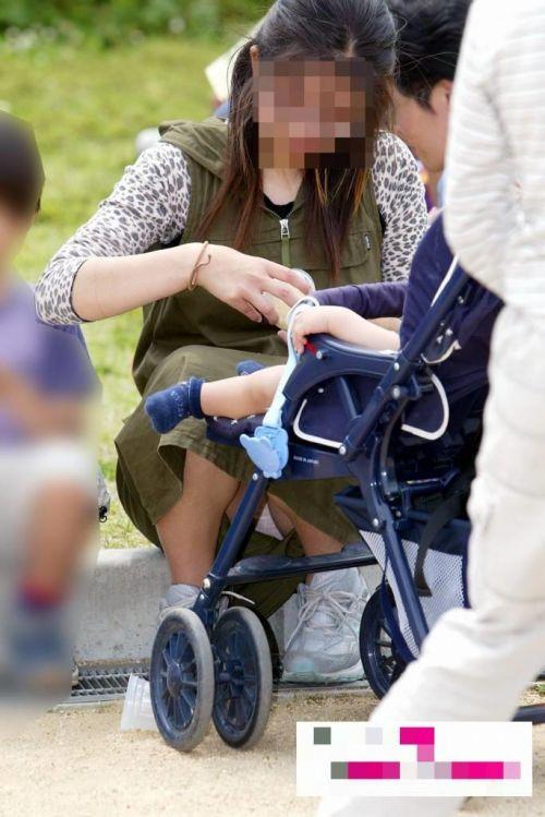 子連れママが地面に座って無防備にパンチラしてるエロ画像 32枚 No.28