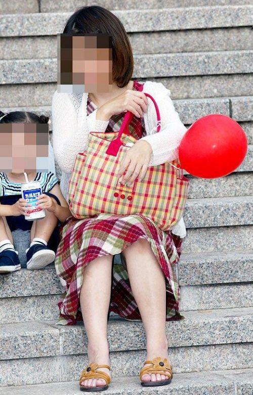 子連れママが地面に座って無防備にパンチラしてるエロ画像 32枚 No.29