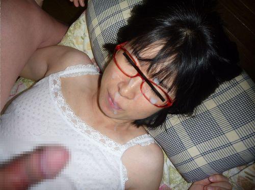 【画像】赤い眼鏡を掛けた知的お姉さんの眼鏡に顔射ぶっかけしたった! 32枚 No.2