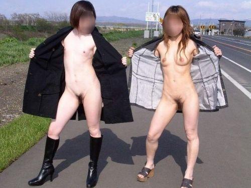 野外でも裸族な露出狂女達がおっぱいとオマンコを見せちゃうエロ画像 36枚 No.1