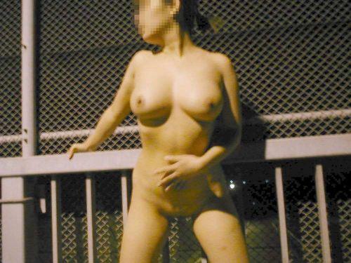 野外でも裸族な露出狂女達がおっぱいとオマンコを見せちゃうエロ画像 36枚 No.15