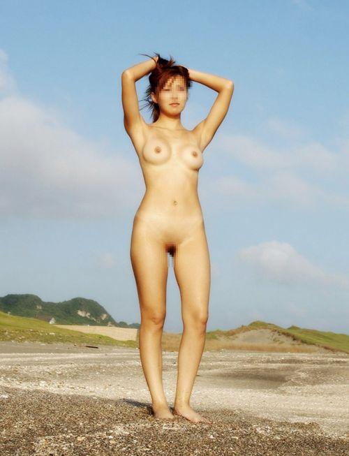 野外でも裸族な露出狂女達がおっぱいとオマンコを見せちゃうエロ画像 36枚 No.23