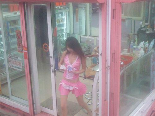 台湾のエロい格好をしたビンロウ売りお姉さんの胸チラ盗撮画像 33枚 No.2