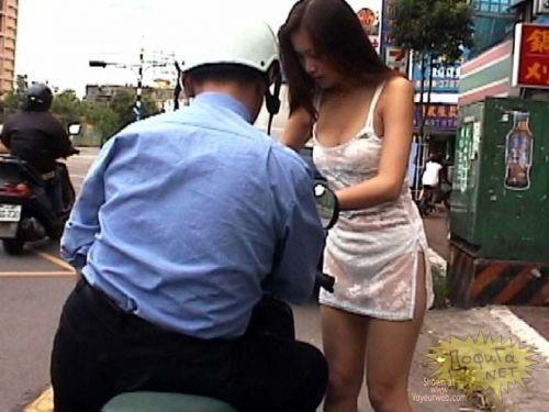 台湾のエロい格好をしたビンロウ売りお姉さんの胸チラ盗撮画像 33枚 No.10