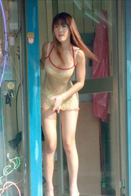 台湾のエロい格好をしたビンロウ売りお姉さんの胸チラ盗撮画像 33枚 No.13