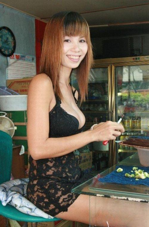台湾のエロい格好をしたビンロウ売りお姉さんの胸チラ盗撮画像 33枚 No.15