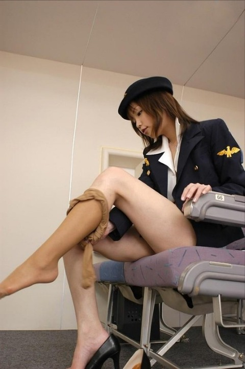 美人なCAさんが制服を着たままお尻やパンティを見せちゃうエロ画像 35枚 No.9