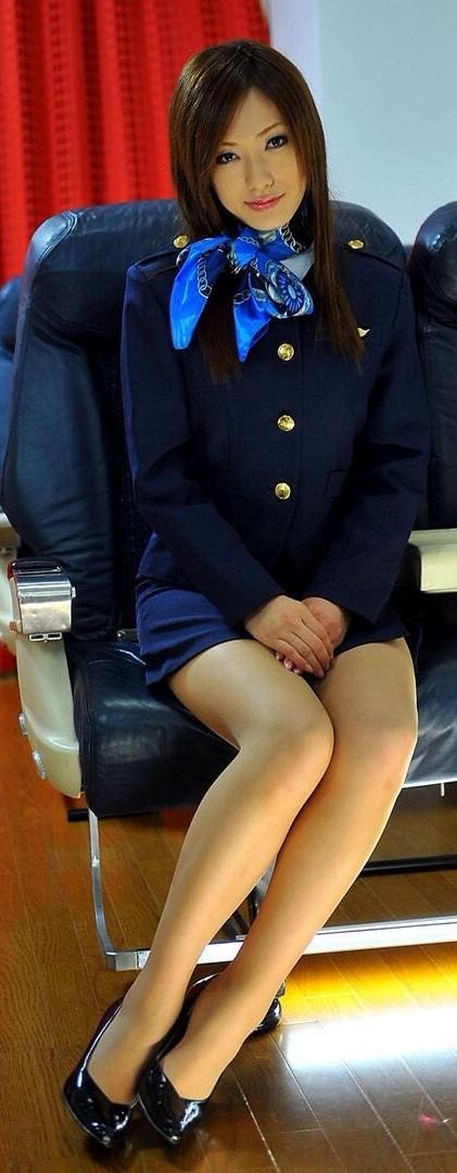 美人なCAさんが制服を着たままお尻やパンティを見せちゃうエロ画像 35枚 No.12