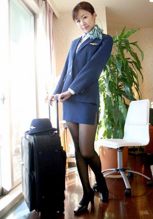 美人なCAさんが制服を着たままお尻やパンティを見せちゃうエロ画像 35枚 No.17
