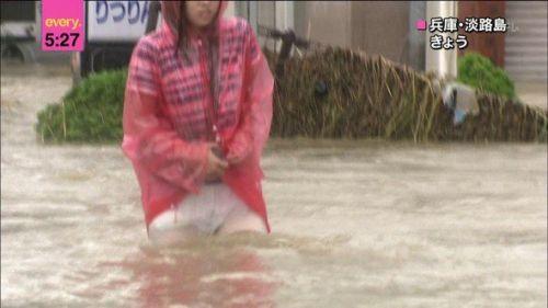 【画像】台風中継でびしょ濡れギャルや女子アナパンチラが丸見えだわwww 31枚 No.3