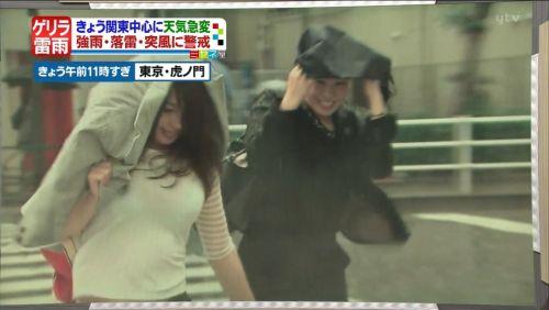 【画像】台風中継でびしょ濡れギャルや女子アナパンチラが丸見えだわwww 31枚 No.4