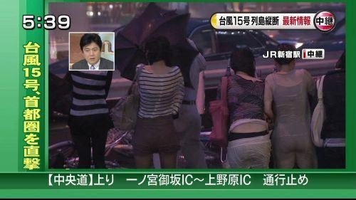 【画像】台風中継でびしょ濡れギャルや女子アナパンチラが丸見えだわwww 31枚 No.6