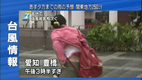 【画像】台風中継でびしょ濡れギャルや女子アナパンチラが丸見えだわwww 31枚 No.9