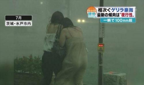 【画像】台風中継でびしょ濡れギャルや女子アナパンチラが丸見えだわwww 31枚 No.10