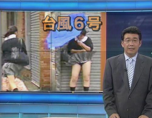 【画像】台風中継でびしょ濡れギャルや女子アナパンチラが丸見えだわwww 31枚 No.13