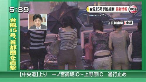 【画像】台風中継でびしょ濡れギャルや女子アナパンチラが丸見えだわwww 31枚 No.15