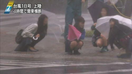 【画像】台風中継でびしょ濡れギャルや女子アナパンチラが丸見えだわwww 31枚 No.16