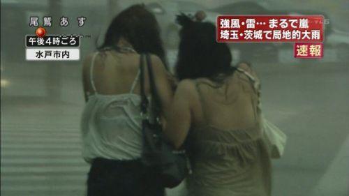 【画像】台風中継でびしょ濡れギャルや女子アナパンチラが丸見えだわwww 31枚 No.18