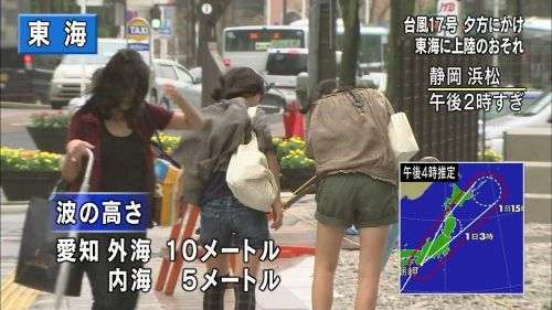 【画像】台風中継でびしょ濡れギャルや女子アナパンチラが丸見えだわwww 31枚 No.19