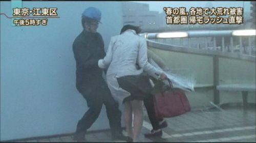 【画像】台風中継でびしょ濡れギャルや女子アナパンチラが丸見えだわwww 31枚 No.20