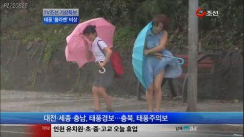 【画像】台風中継でびしょ濡れギャルや女子アナパンチラが丸見えだわwww 31枚 No.21