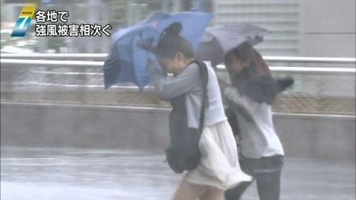 【画像】台風中継でびしょ濡れギャルや女子アナパンチラが丸見えだわwww 31枚 No.22