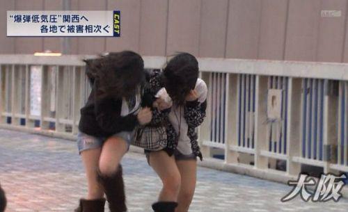 【画像】台風中継でびしょ濡れギャルや女子アナパンチラが丸見えだわwww 31枚 No.23